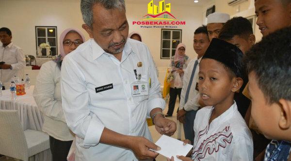 Wakil Walikota Bekasi H Ahmad Syaikhu saat memberi santunan pada anak yatim dalam acara serah terima jabatan Kepala BPKAD, Rabu 18 Januari 2017.[BEN]