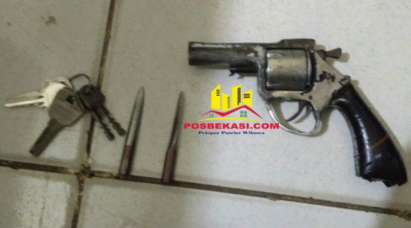 Senjata api rakitan, anak kunci dan kunci letter T yang digunakan pelaku saat mencuri kenderaan.[IST]