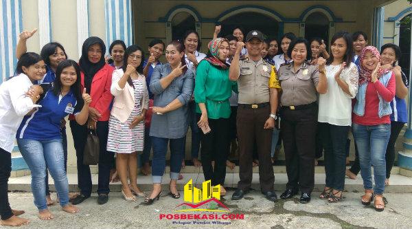Kanit Binmas Polsek Setu, Iptu Dessy Yulhasri dan Bripka Nursalim bersama para calon TKW di tempat pelatihan di Kampung Cinyosog, Selasa 10 Januari 2017.[HSB]