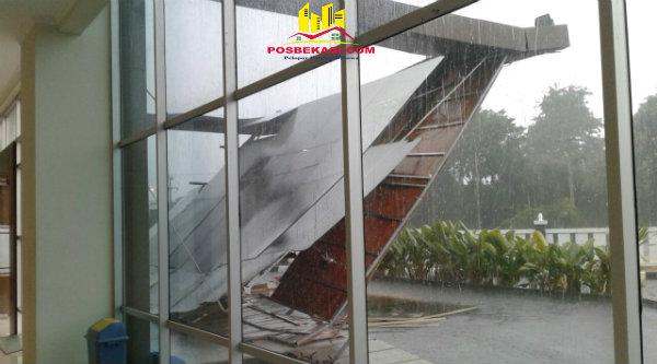 Kanopi gedung gedung Grha Tanoto Kampus Ubhara, di Jalan Raya Perjuangan, Kota Bekasi, ambruk akibat hujan lebat disertai angin kencang, Selasa 24 Januari 2017, sore.[EZI]