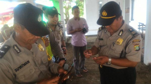 Waka Polsek Muara Gembong, Iptu Rusbrata, saat memeriksa kelengkapan anggota di Mako Muara Gembong, Kamis 19 Januari 2017.[HSB]