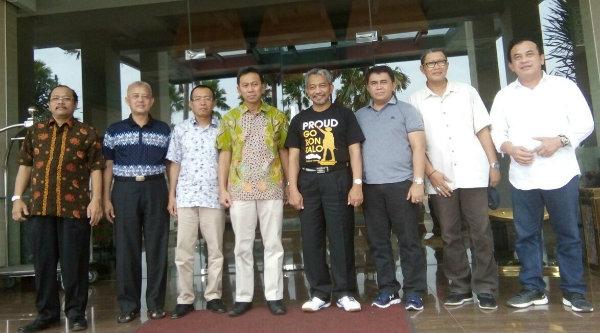 Wakil Walikota Bekasi H Ahmad Syaikhu bersama Plh Sekda Kabupaten Kebumen Mahfudz Fauzy, di Pendopo Pemkab Kebumen, Minggu 22 Januari 2017.[ISH]
