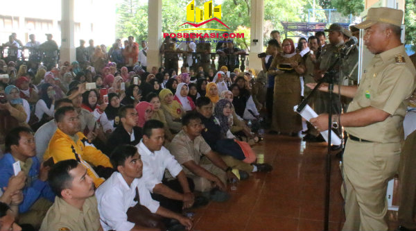 Walikota Bekasi Rahmat Effendi menemui bertemu 2.081 guru menyampaikan aspirasi untuk menjadikan status Tenaga Kerja Kontrak dari guru honorer di Pendopo, Senin 23 Januari 2017.[BEN]