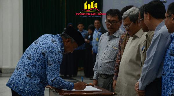 Wakil Walikota Bekasi Ahmad Syaikhu menandatangani kesepakatan pendanaan bersama Pilkada 2018, di Kantor Gubernur Jawa Barat, Gedung Sate, Bandung, Selasa 17 Janaurai 2016,[ISH]