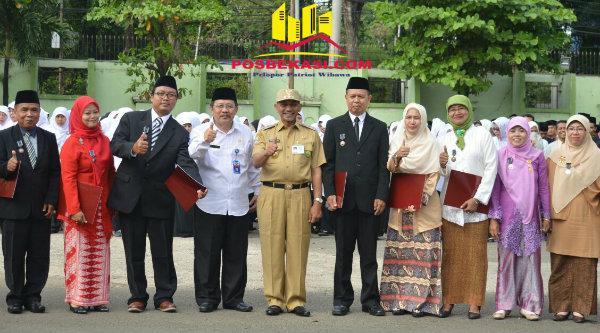 Wakil Walikota Bekasi Ahmad Syaikhu bersama penerima penghargaan pada peringatan HAB Kementerian Agama Ke-71 Tingkat Kota Bekasi, Selasa 3 Januari 2017.[ISH]