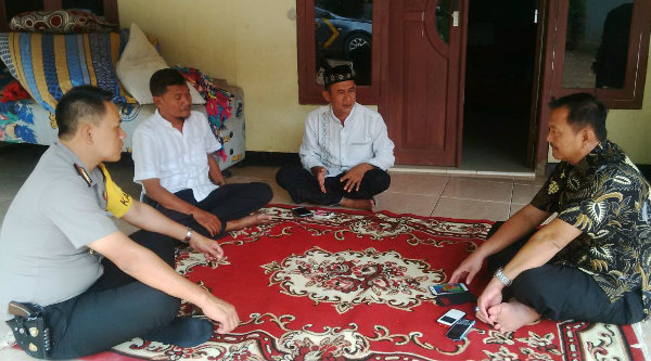 Kapolsek Setu AKP Agus Rohmat bersama Camat Setu M Nabri Binin Saend saat berkunjung ke Desa Cikarageman, Jumat 27 Januari 2017.[HSB]