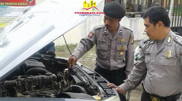 Kanit Patroli Aipda M Muji bersama anggota saat mengecek mesin mobil patroli.[OJI]