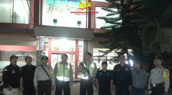 Kasi Humas Aiptu Parjiman dan anggota Polsek Setu bersama Pokdar Kamtibmas menggelar patroli dialogis pada Kamis 12 Januari 2017 malam.[RAD]