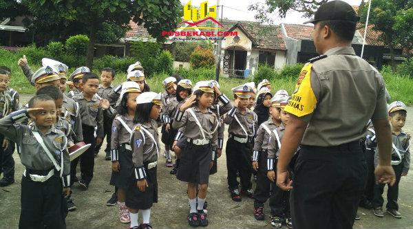 Aipda Hari Cahyono mengajarkan anak-anak TK Albhana tentang rambu dan disiplin berlalulintas.[RAD]