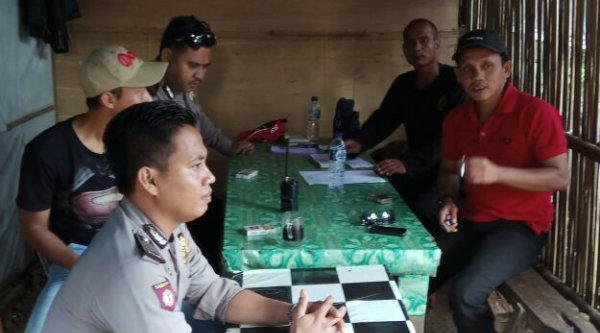 Anggota Polsek Setu saat aksi sambang kampung menemui warga Desa Kertarahayu.[OJI]