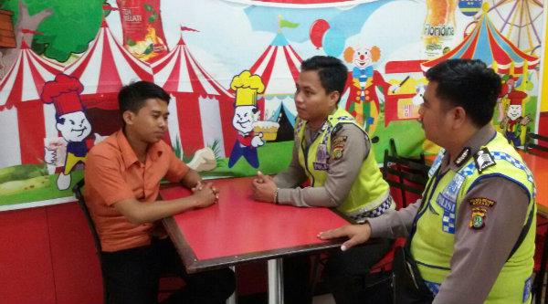Anggota Patroli Polsek Setu melakukan dialogis pada pemilik restoran.[ZEI]