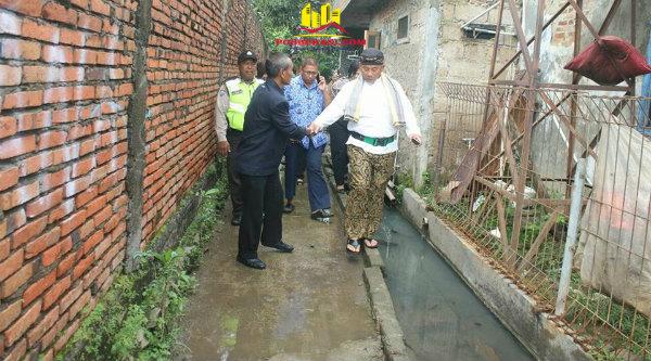 Seorang warga menyambut kehadiran Walikota Bekasi, Rahmat Effendi, yang menelusuri gang-gang sempit di bantaran Sungai Perjuangan, Jumat 17 Februari 2017.[BEN]