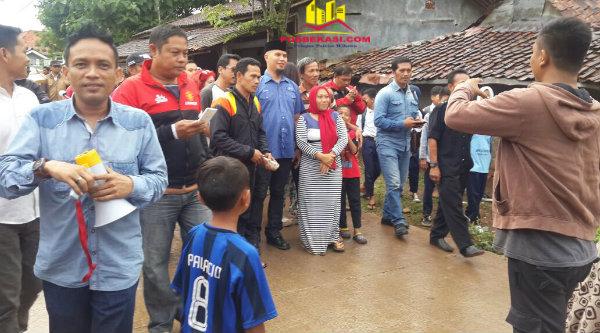 Cawabup Ahmad Dhani Prasetyo dikerumuni warga Desa Cikarageman yang meminta foto bareng saat melakukan jalan santai menyapa warga.[RAD]