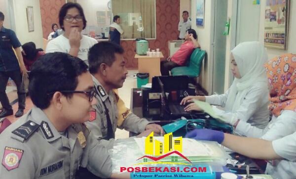 Anggota Polsek Setu ikut berpartisipasi donor darah.[MIN]