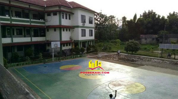 Sebagian lapangan SMPN 33 Kota Bekasi yang sudah terbangun dari partisipasi wali murid.[RAD]