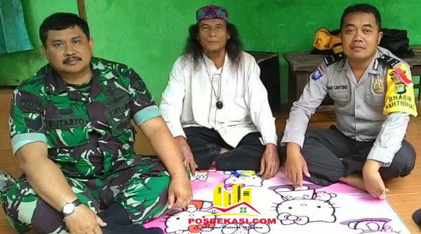 Anggota Bhabinkamtibmas Polsek Setu Aipda Hari Cahyono, Ustadz Keling dan Babinsa Serma Sutarto.[RIN]