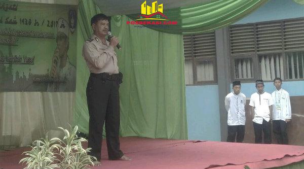 Binmaspol Lubang Buaya Aiptu Paimun menyampaikan pesan Kamtibmas pada peringatan Maulid Nabi Muhammad SAWdi SMA Negeri 1 Setu, Kamis 9 Februari 2017.[SUB]