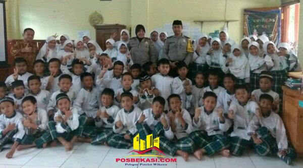 Kanit Binmas Polsek Setu, Iptu Dessy Yulhasri dan Bripka Nursalim bersama puluhan anak SD Yayasa Al Amin, Desa Ciledug, Rabu 8 Februari 2017.[IMA]