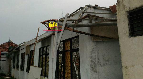Dua atap sekolah SMAN 1 Muara Gembong ambruk hingga melukai para pelajar, Selasa 28 Februari 2017.[HSB]