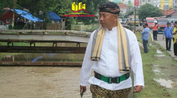 Walikota Bekasi, Rahmat Effendi, saat menelusuri aliran sungai sepanjang Jalan Perjuangan, Jumat 17 Februari 2017.[BEN]