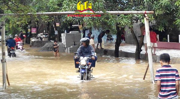 Dua hari sudah banjir melanda Kota Bekasi merendam Perumahan Pondok Timur Indah.[HSB]