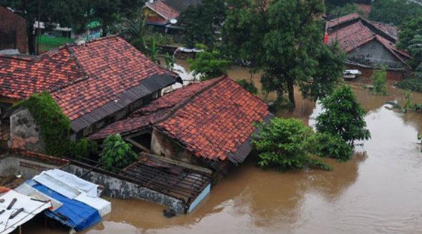 Banjir bandang menerjang wilayah perkampungan.[DOK]