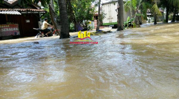 Banjir menggenangi badan jalan hingga mencapai 50 cm di kawasan Pondok Timur Indah, Kota Bekasi.[HSB]