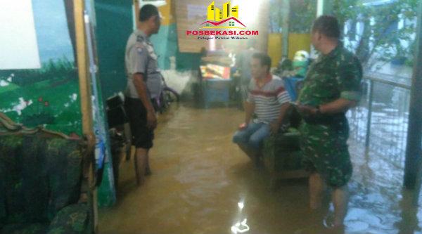 Bimaspol Aiptu Gigih PK saat menyambangi warga korban banjir.[RIK]