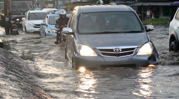 Warga akan tebar lele di Jalan Imam Bonjol Cikarang Barat yang tak kunjung diperbaikan.[IST]