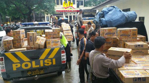 Bantuan sembako Polrestro Bekasi untuk Polsek-Polsek yang wilayahnya terdampak banjir.[SOF]