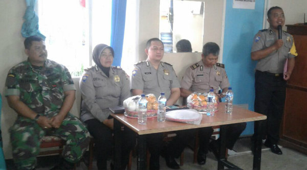 Polda Metro Jaya beri penyuluhan Kamtibmas pada warga Perumahan Mustika Grande, Desa Burangkeng, Rabu 22 Februari 2017.[MIN]