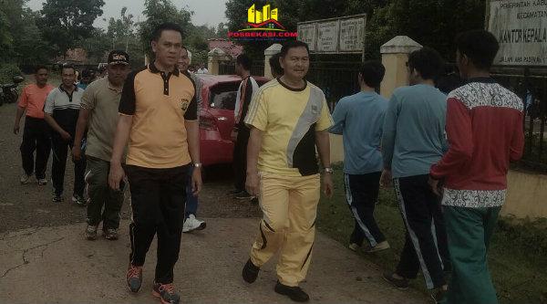 Camat  Setu M Nabrih Bin Saenb dan Kapolsek Setu AKP Agus Rohmat, saat jalan santai 5 km pada Jumat Sehat di Desa Cibening, Jumat 24 Februari 2017 pagi.[RAD]