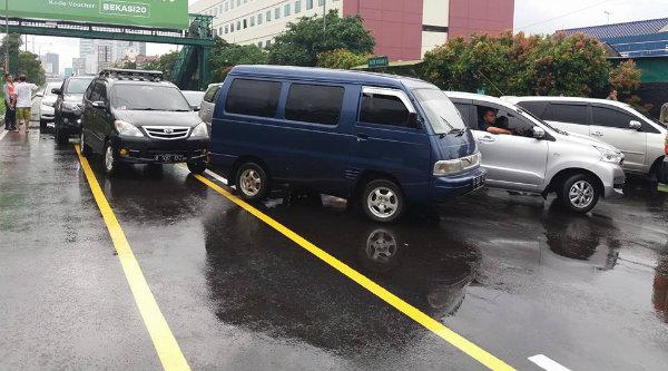 Kawasan CFD di Jalan Ahmad Yani Kota Bekasi dipenuhi kenderaan sebelum usai waktu CFD dikarenakan hujan deras sempat mengguyur, Minggu 12 Februari 2017.[FB]