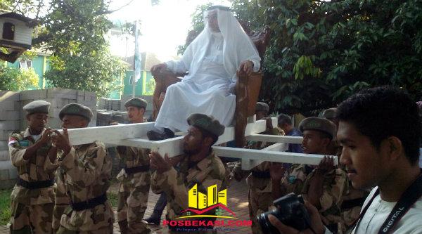 Dubes Arab Saudi Osama bin Mohammed Abdullah Al Shuaibi ditanduk para santri saat tiba Ponpes AFKN Nuu-Waar untuk melepas para santri asal Papua kembali ke daerahnya, Minggu 26 Februari 2017.[RAD]