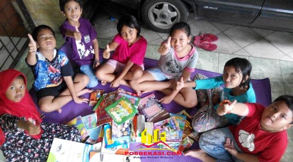 7 bocah Genk GBR tengah mempersiapkan buku-buku untuk taman baca.[HSB]