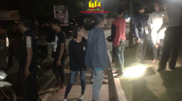 OKJ Polsek Setu bubarkan gerombolan remaja yang nongkrong di pinggir jalan pada Senin 6 Pebuari 2017 dinihari.[RAD]