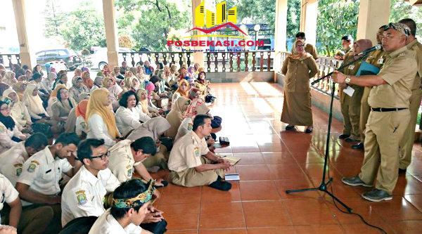 Walikota Bekasi, Rahmat Effendi beri pilihan mengabdi pada Kota Bekasi atau Jabar pada ratusan guru non PNS yang datang ke Balai Bekasi, Senin 13 Februari 2017.[BEN]