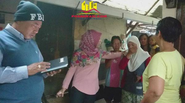 Sumarni Ningsih menangis haru saat dijemput langsung Walikota Bekasi, Rhmat Effendy, kerumahnya untuk dibawa rawat inap ke RSUD Kota Bekasi, Sabtu 18 Februari 2017.[HSB]