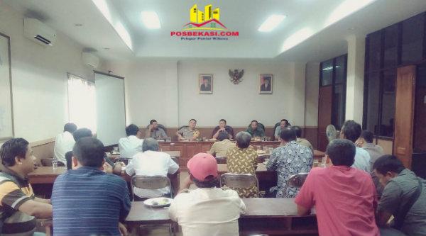 Mediasi Muspika membahas batas Kali Kembang di Kecamatan Setu, Selasa 21 Februari 2017.[RIK]