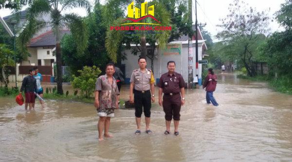 Kapolsek Setu AKP Agus Rohmat dan Camat Setu M Nabrih B Saend saat meninjau lokasi banjir di Perumahan Mustika Gandaria, Selasa 21 Februari 2017.[MIN]