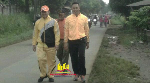 Kapolsek Setu AKP Agus Rohmat dan Camat Setu Nabrih Binin Saend saat jalan pagi bersama Muspika Kecamatan Setu, Jumat 3 Pebuari 2017.[RAD]