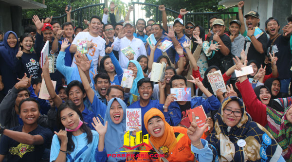 Walikota Bekasi Rahmat Effendi bersma Karang Taruna pada acara program penggalangan 1000 tanda tangan untuk membudayakan gemar membaca Kota Bekasi, Minggu 5 Januari 2016.[BEN]
