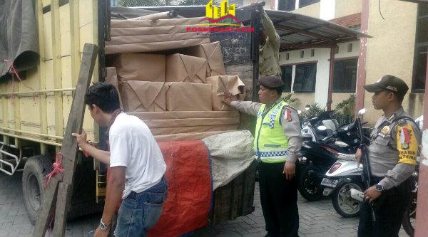 Anggota Polrestro Bekasi kawal kenderaan yang mendistribusikan logistik untuk keperluan Pilkada Bekasi.[MET]