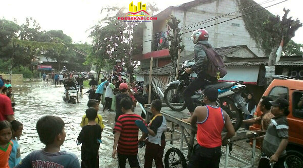 Penarik ojek gerobak meraup rezeki saat  banjir melanda.[JOE]