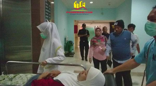 Didampingi Walikota Bekasi, Rhmat Effendy, pasien Sumarni Ningsih langsung mendapat penanganan dari pihak RSUD Kota Bekasi, Sabtu 18 Februari 2017.[HSB]