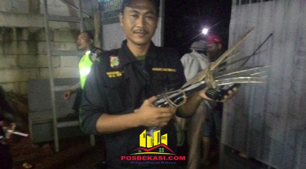 Senjata tajam yang disita dari 13 remaja saat diringkus Polsek Bantar gebang.[RAD]