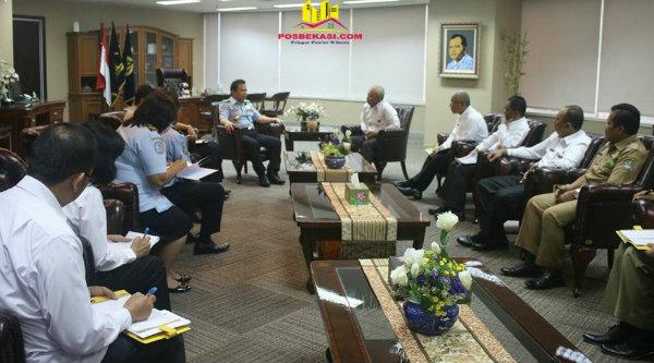 Walikota Bekasi, Rahmat Effendi saat berkunjungan ke Kepala Direktorat Jenderal Imigrasi, Dr. Ronny F. Sompie di Kantor Kementrian Hukum dan HAM, Kuningan Jakarta Selatan, Selasa 21 Februari 2017.[BEN]