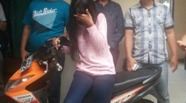 Wanita tertangkap mencuri sepeda motor.[DOK]