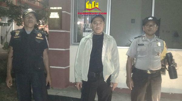 Padal OKJ Kasi Humas Aiptu Parjiman bersama Ketua Pokdar Kamtibmas Riki dan anggota Pokdar Narsun saat memantau Pospol Bekasi Timur Regensi, Desa Burangkeng, Senin 6 Pebuari 2017 dinihari.[RAD]