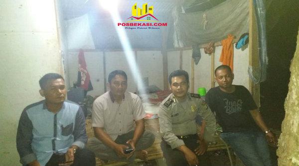 Brigadir Andi Cristianto tampak ngeronda di Pos Kamling bersama warga Kampung Singkil, Kamis 9 Februari 2017 dinihari.[MIN]